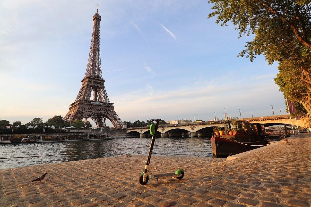 Trottinettes électriques et mobilité urbaine à Paris : Noa Khamallah